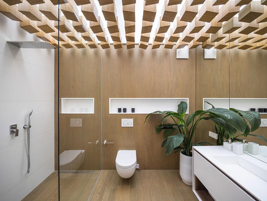 In deze warme badkamer vormt het plafond dé blikvanger!