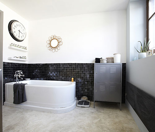 Industriële badkamer met betonnen vloer