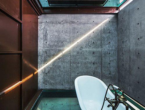 Industriële badkamer met glazen vloer