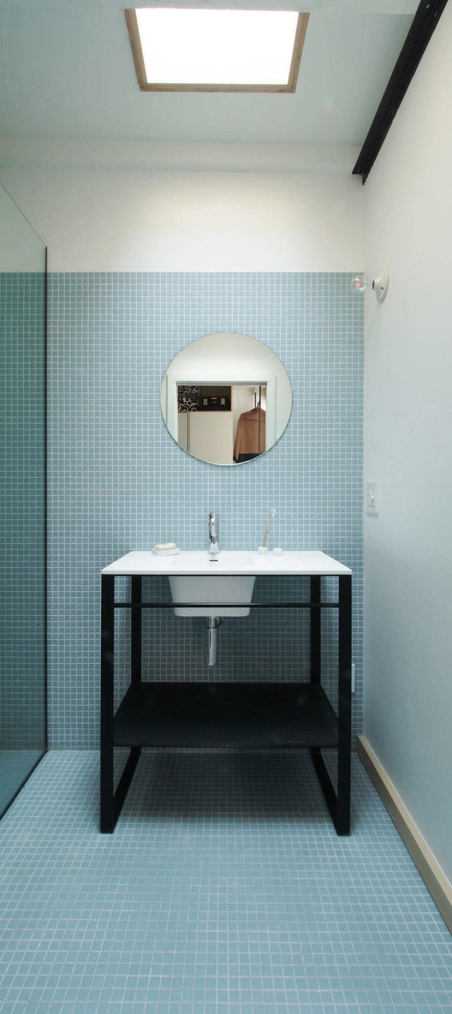 Industriële badkamer met blauwe mozaïektegeltjes