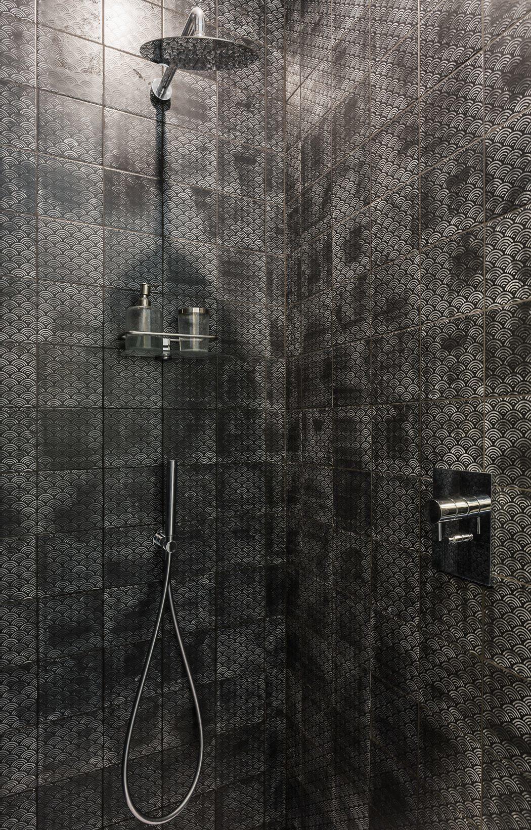 De inloopdouche van deze badkamer is betegeld met super leuke tegeltjes!