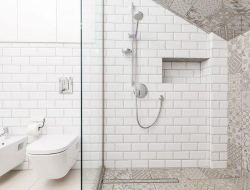 Stoer badkamer ontwerp met patchwork tegels