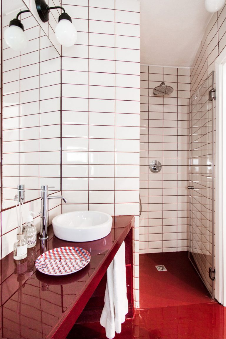 Italiaanse badkamer met rode vloer