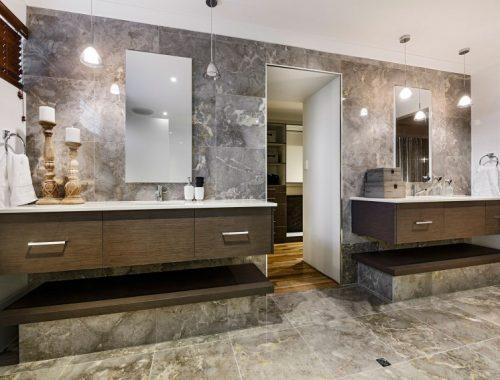 Klassiek chique badkamer met inloopkast