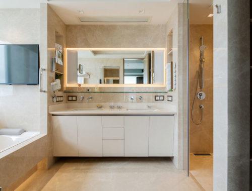 In deze klassiek chique badkamer kan je TV kijken vanuit het bad