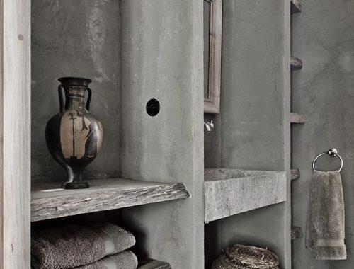 Klassieke antieke badkamers met een sobere sfeer