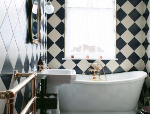 Klassieke badkamer met diagonaal gelegde wandtegels