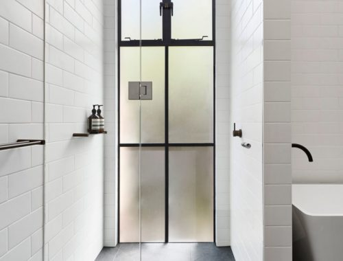 Klassieke badkamer die strak en modern is afgewerkt