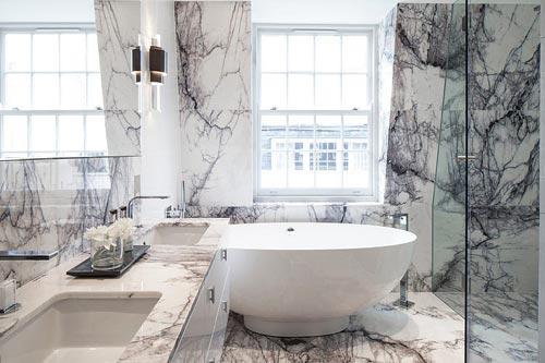Klassieke badkamer met dramatische look - Badkamers voorbeelden
