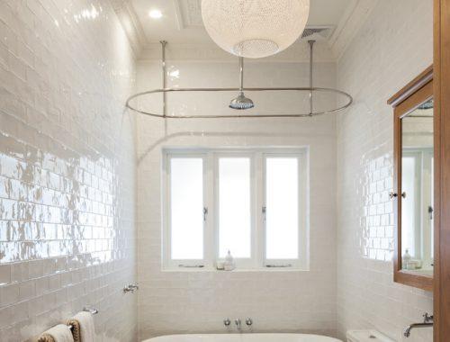 Klassieke badkamer met hoog plafond