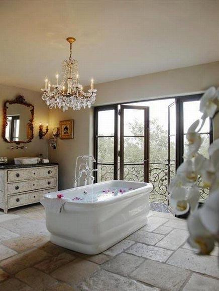Klassieke badkamer met openslaande deuren