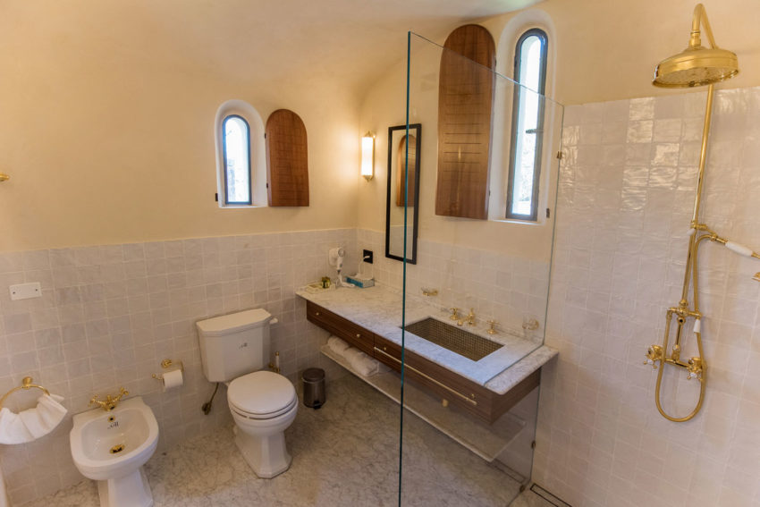 Klassieke badkamer van een voormalige kerk