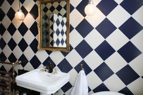 Badkamers voorbeelden u00bb Klassieke badkamer met zwart witte tegels