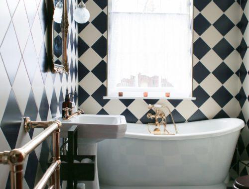 Klassieke badkamer met zwart witte tegels