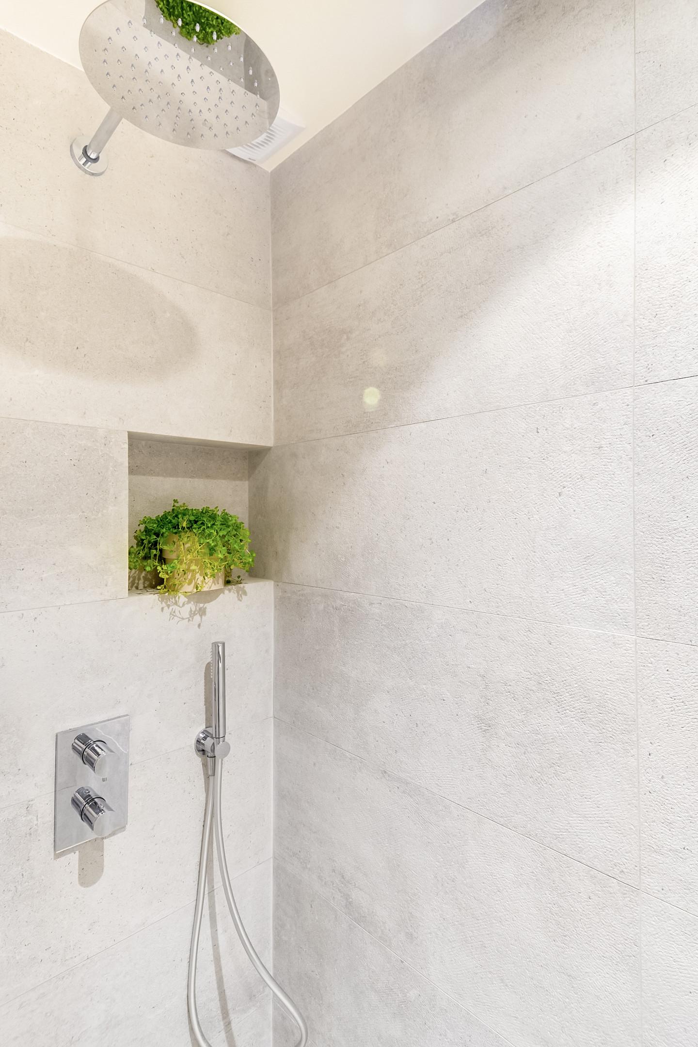 Deze kleine badkamer van 2,5m2 is leuk en praktisch ingericht!