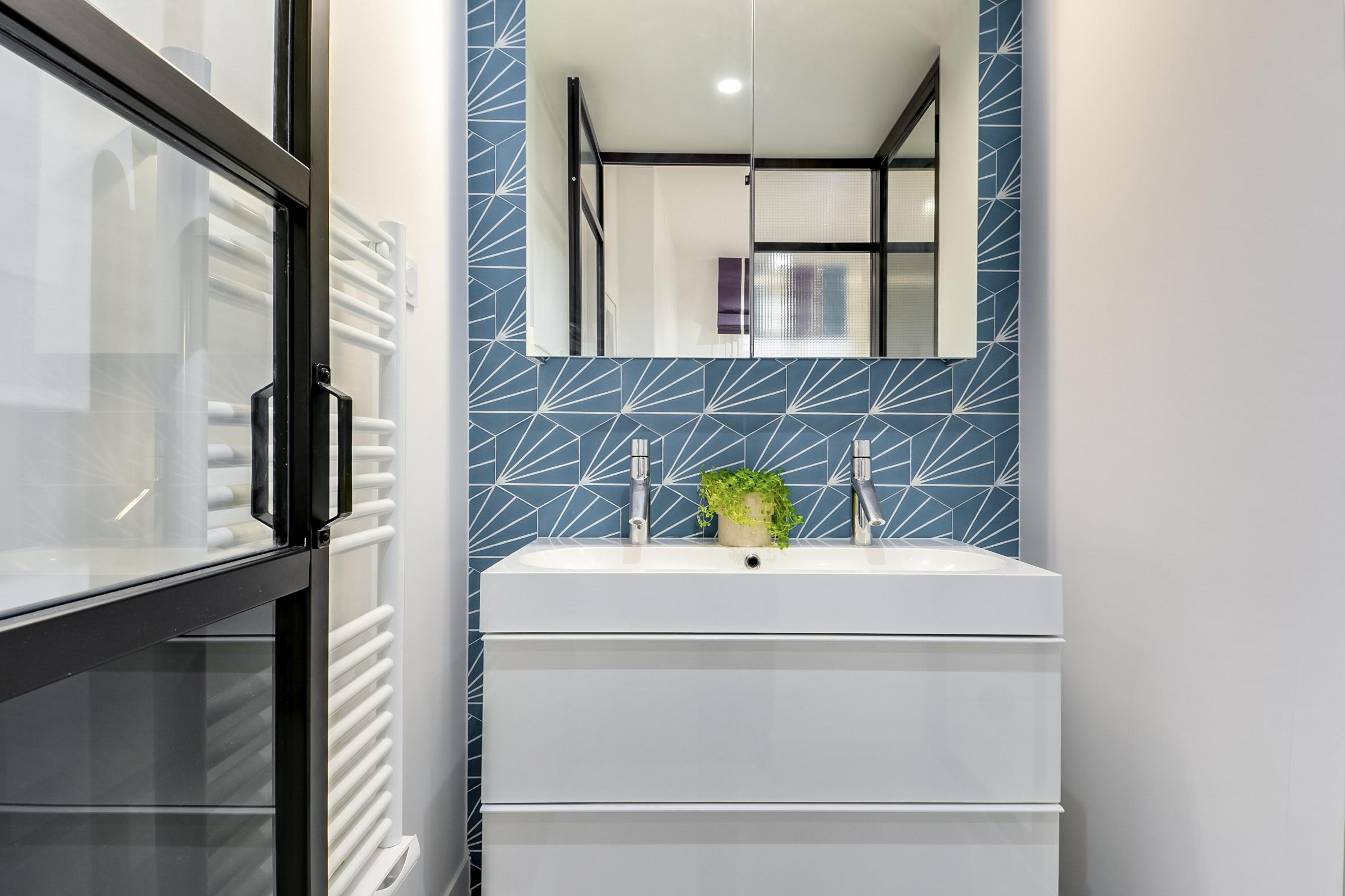 Kleine Praktische Badkamer : Deze kleine badkamer van 2 5m2 is leuk en praktisch ingericht