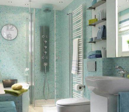 Kleine badkamer met bad en aparte douche
