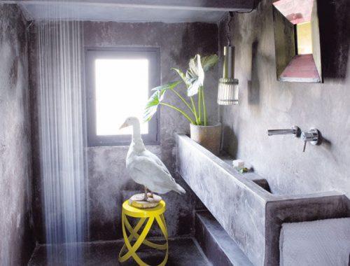 Kleine badkamer met betonstuc