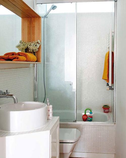 Kleine badkamer met douche, bad en toilet