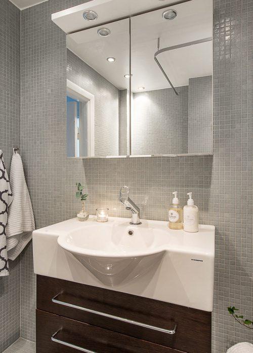 Kleine badkamer met grijze mozaïektegels