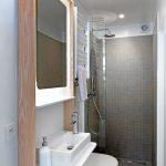 Kleine badkamer van Happy Guest House in Brussel