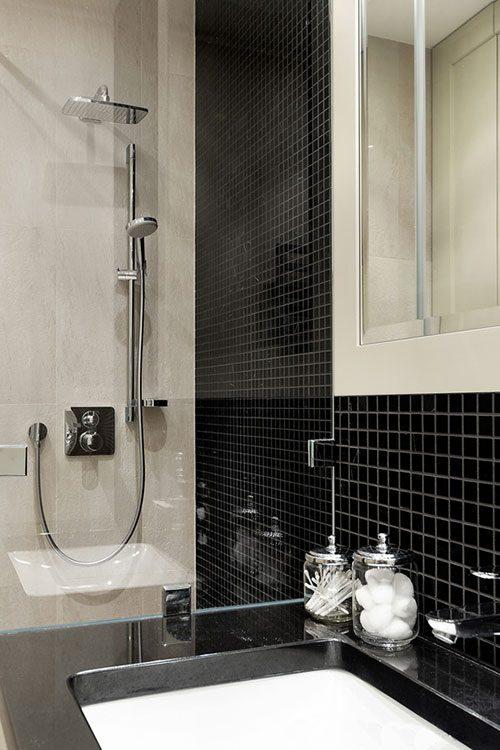 Kleine badkamer met l indeling badkamers voorbeelden - Zwarte hoek bad ...