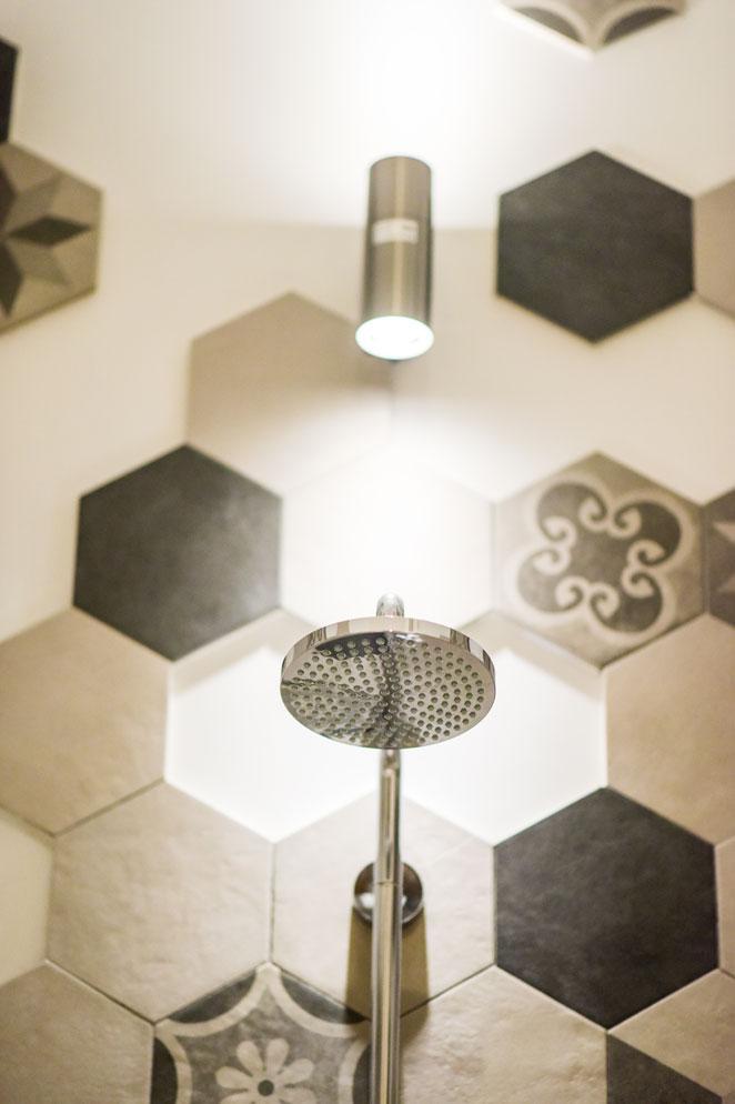 Kleine badkamer met leuke hexagon tegels badkamers for Interieur kleuren voorbeelden