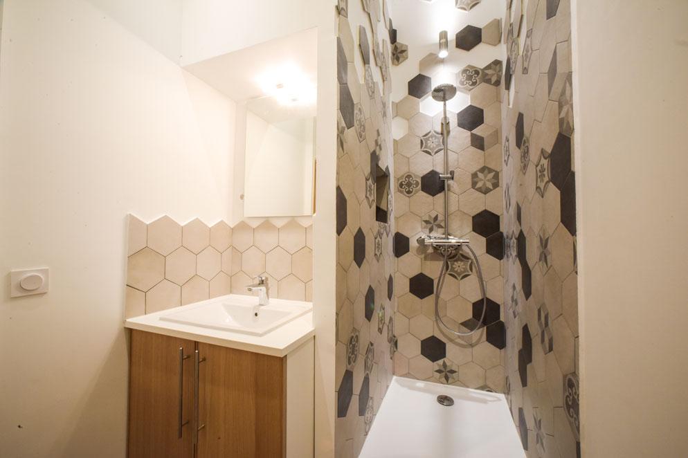 Geliefde Kleine badkamer met leuke hexagon tegels - Badkamers voorbeelden @FX86