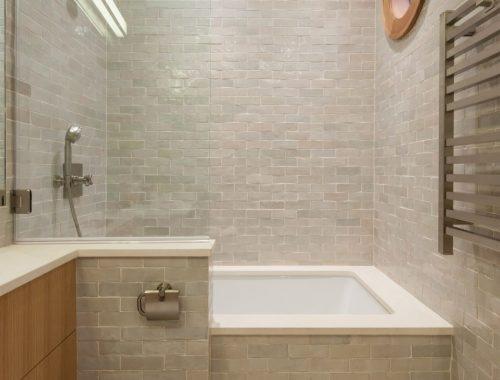 Underlayment In Badkamer : Deze kleine badkamer heeft een stoere underlayment meubel