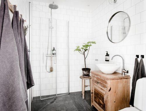 Kleine badkamer met inklapbare douchewanden