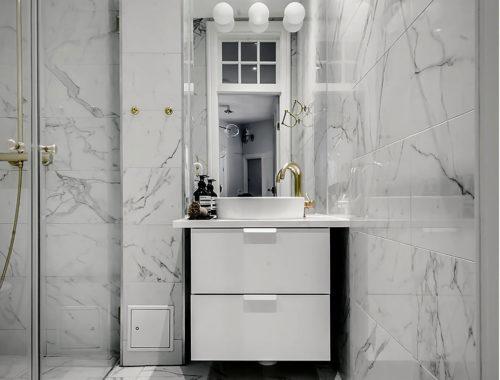 Kleine badkamer met marmer en goud