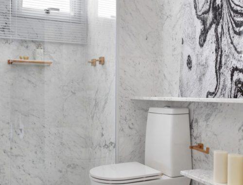 Kleine badkamer met marmer, goud en kastanjehout