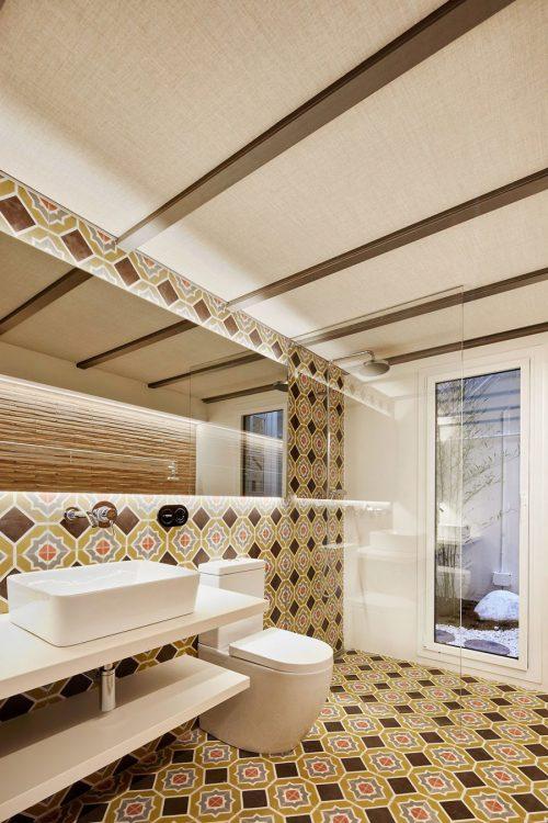 Kleine badkamer met retro tegels