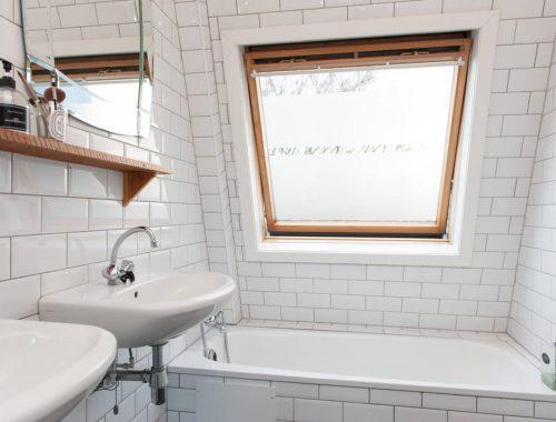 Kleine badkamer met witte metrotegels