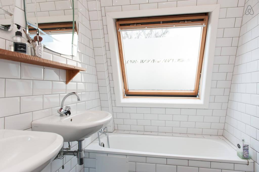 Kleine badkamer met witte metrotegels - Badkamers voorbeelden