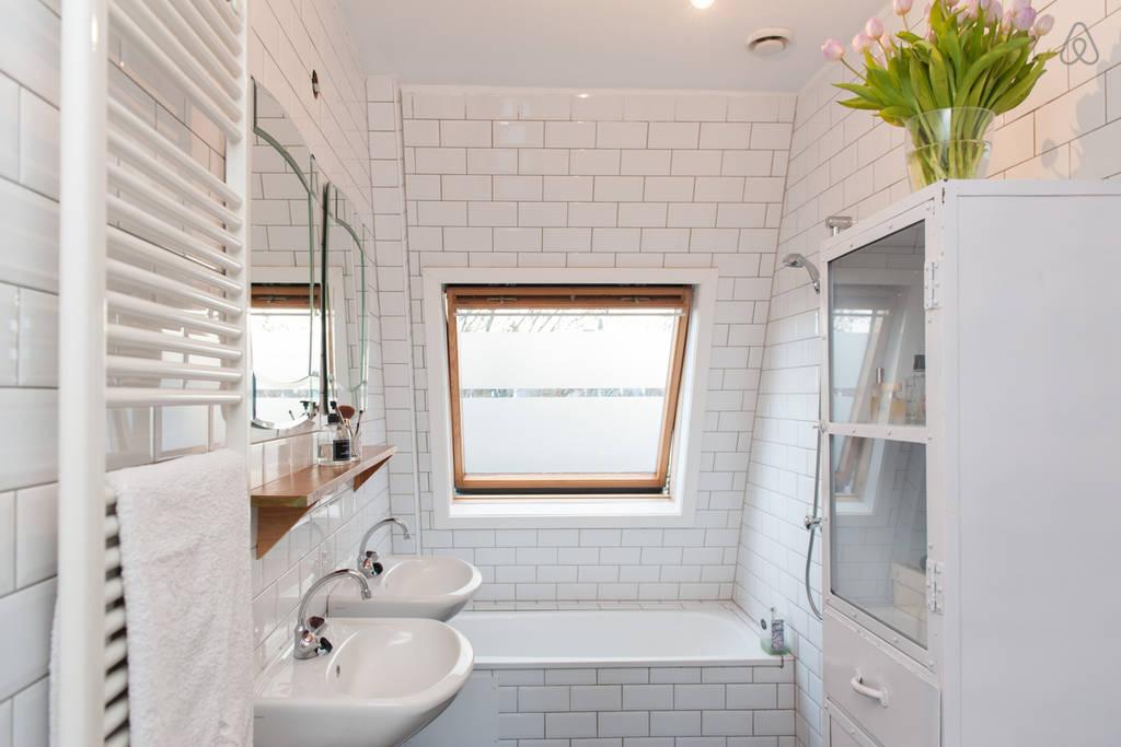 Kleine Badkamer Amsterdam : Kleine badkamer met witte metrotegels badkamers voorbeelden