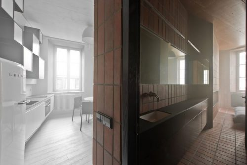 Kleine badkamer met een rauwe industriële look