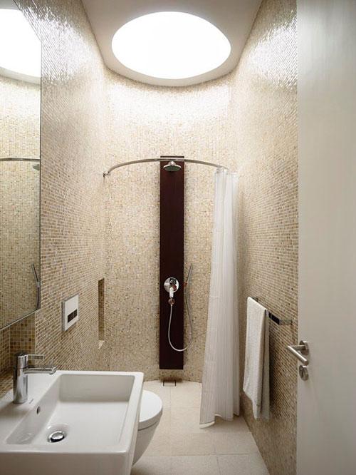 badkamers voorbeelden, kleine badkamer, ronde muur, badkamer met ronde muur, douchegordijn, speels ontwerp, hangtoilet