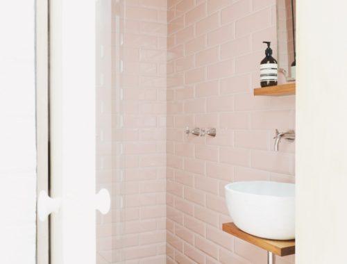 Kleine badkamer met roze tegels