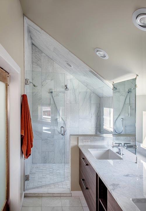 Kleine badkamer met schuin dak