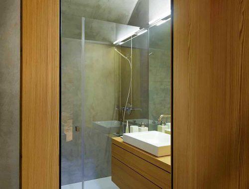 Kleine badkamer van stenen huis uit Zwitserland