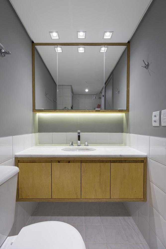 Deze kleine badkamer heeft een stoere underlayment meubel
