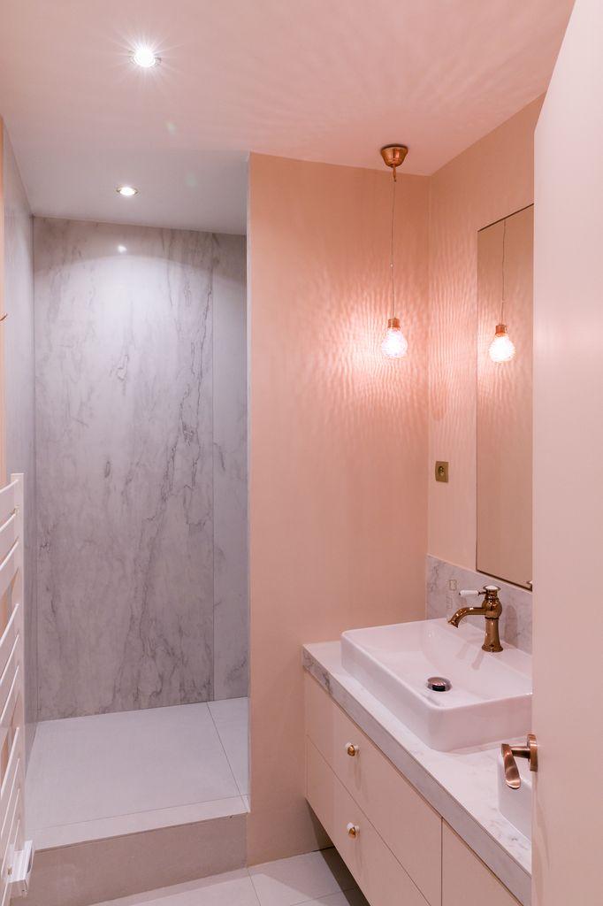 Kleine badkamer met zacht roze en marmer