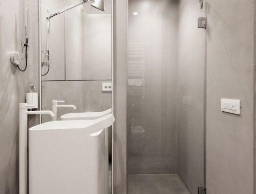 kleine-betonstuc-badkamer-met-wit-sanitair