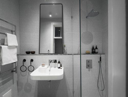 Kleine designbadkamer met kleine witte hexagon tegeltjes