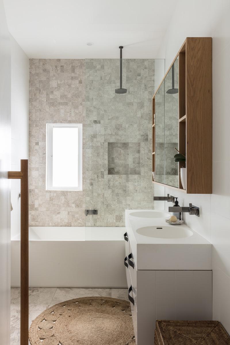 Kleine en grote badkamer in dezelfde stijl