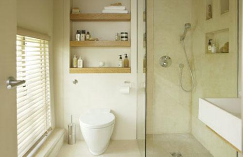 Kleine gebroken witte badkamer