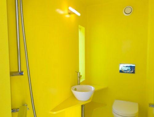 Kleine gele badkamer van Juvet hotel