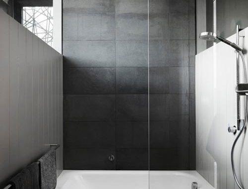 Kleine grijze praktische badkamer