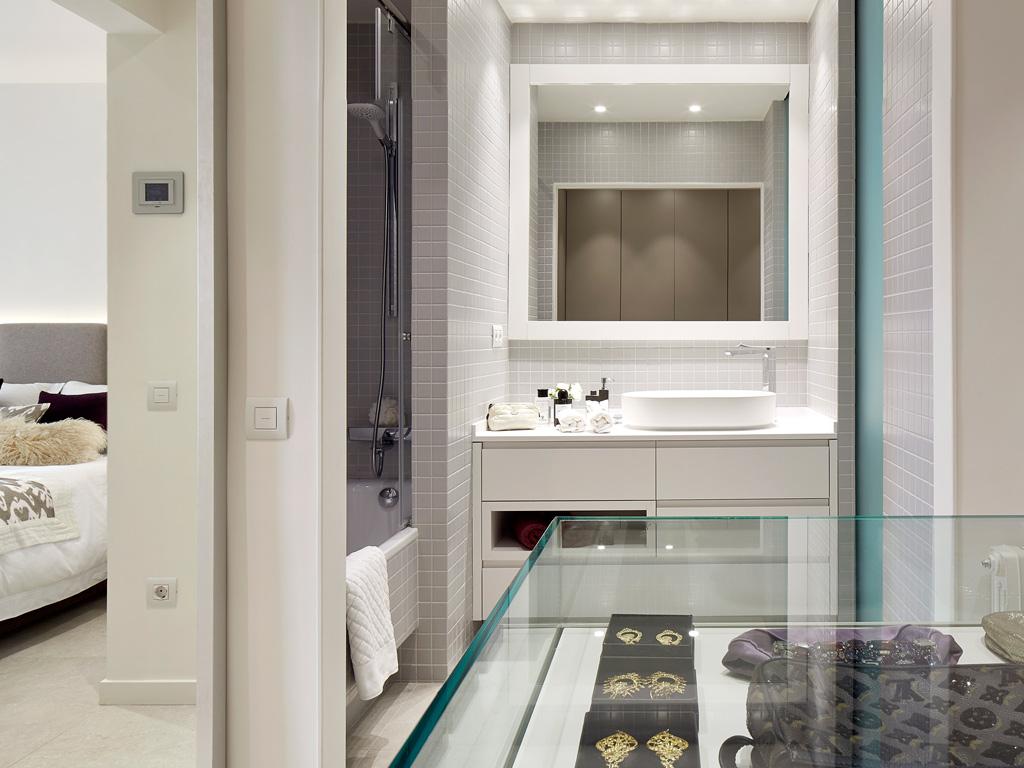 Slaapkamer met douche en inloopkast interieur meubilair idee n - Slaapkamer met open badkamer ...